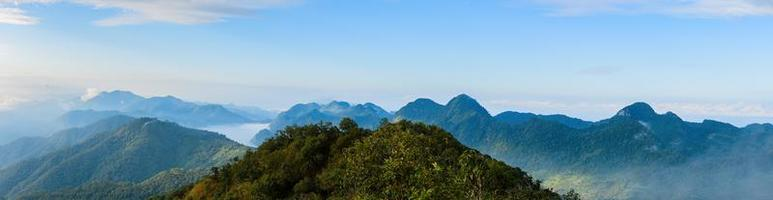 blauwe bergen in de mist