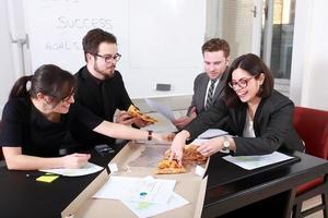 mensen uit het bedrijfsleven samen eten foto