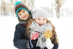 kinderen jongen en meisje speelden samen.