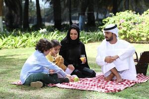 familie tijdens picknick foto
