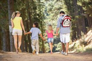familie op landelijke wandeling foto