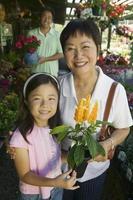 familie winkelen voor planten foto