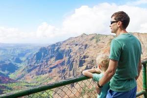 familie wandelen in Kauai foto