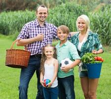 gezin van vier rustend op het platteland foto