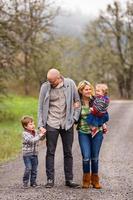 familieportret van vier buitenshuis foto