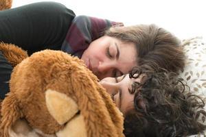 gezinsleven. alleenstaande moeder slapen met zoon