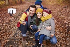 familie selfie van reis naar bos foto