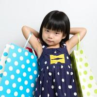 kind met boodschappentassen foto