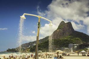 douche op het strand van ipanema in rio de janeiro foto
