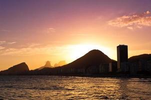 Copacabana strand bij zonsondergang, Rio de Janeiro, Brazilië foto