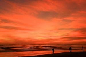 genieten van zonsondergang foto
