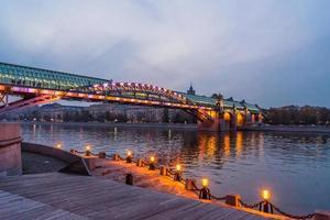 dijk van de rivier de Moskou. andreevsky bridge in de avond