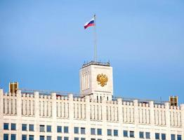bovenkant van wit huis in Moskou Rusland dicht omhoog foto