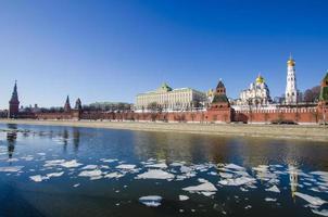 Moskou Kremlin heldere lentedag foto