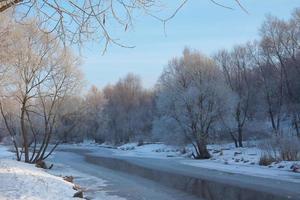 winters tafereel op de rivier foto