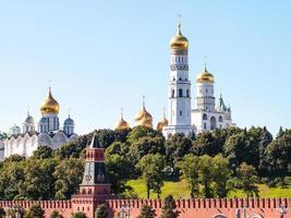 kathedralen op groene heuvels in het kremlin van moskou
