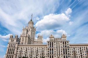 stalin wolkenkrabber aan de waterkant in Moskou, Rusland foto