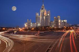 straten aan de rivier in het historische centrum van Moskou. foto