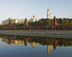 kremlin van Moskou en drie torens weerspiegeld uitzicht in de rivier foto