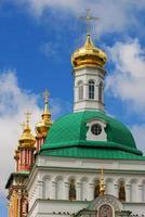 kerk in de drie-eenheid sergius lavra in sergiev posad foto