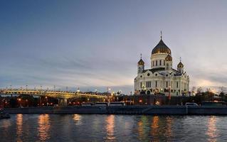 's avonds panoramisch uitzicht op de kathedraal van Christus de Verlosser foto