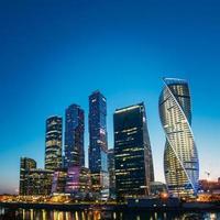 gebouwen van Moskou stad complex van wolkenkrabbers in de avond, Rusland foto