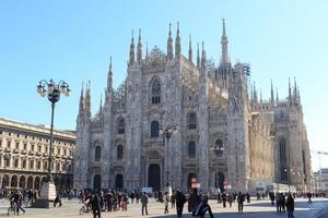 kathedraal van Milaan met blauwe hemel foto