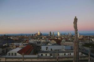 uitzicht op Milaan vanaf de duomo in de avond. v.2.
