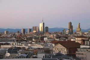 uitzicht op de zakenwijk van Milaan vanaf de Duomo. v.2.