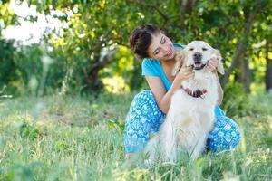 aantrekkelijk meisje met hond foto