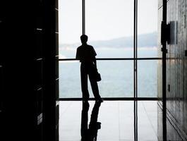 mensen uit het bedrijfsleven tegen ramen foto