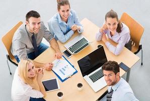 mensen uit het bedrijfsleven bijeen aan tafel