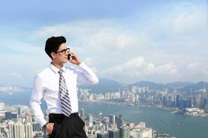 zakenlieden bellen via slimme telefoon foto