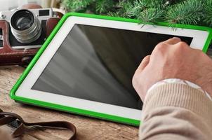 mannen hand klikt op de tablet-computer met een leeg scherm foto