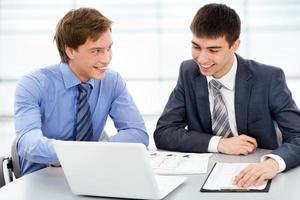 zakenlieden die op een laptop werkt