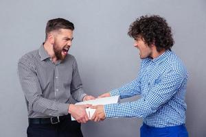 portret van een twee mannen vechten voor map foto