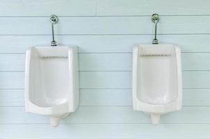 rij van witte urinoirs in de badkamer voor mannen foto
