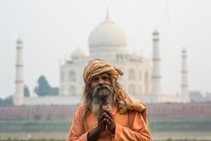 de oude mannen (sadhu) die in de buurt van taj mahal, agra blijven, foto