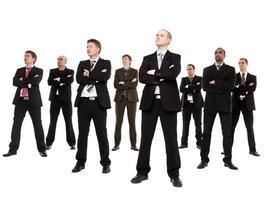acht zakenmannen op zoek naar kant op witte achtergrond foto