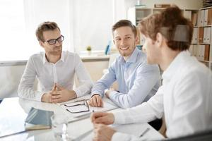 zakenlieden tijdens vergadering foto