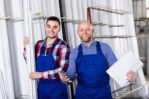twee lachende arbeiders in de fabriek foto