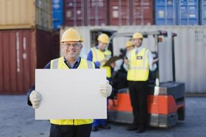 werknemer bedrijf blad in scheepswerf foto