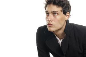portret van mooie man gekleed in een zwarte lange jas