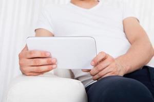 man met behulp van digitale tablet foto