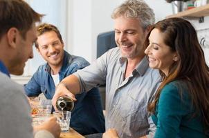 vrienden die witte wijn drinken foto