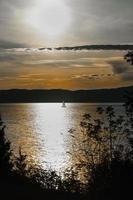zeilen bij zonsondergang foto