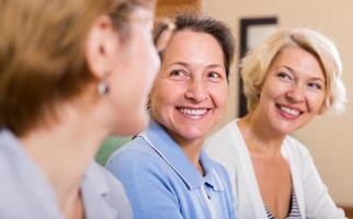 gelukkige vrouwelijke gepensioneerden
