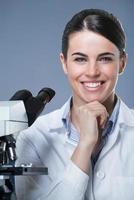 vrouwelijke onderzoeker lachend foto