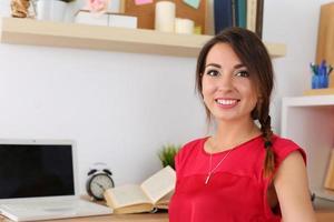 mooie glimlachende vrouwelijke student