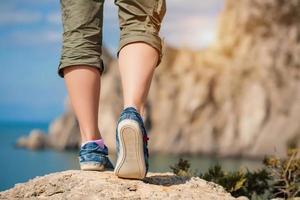 vrouwelijke voeten in sneakers foto